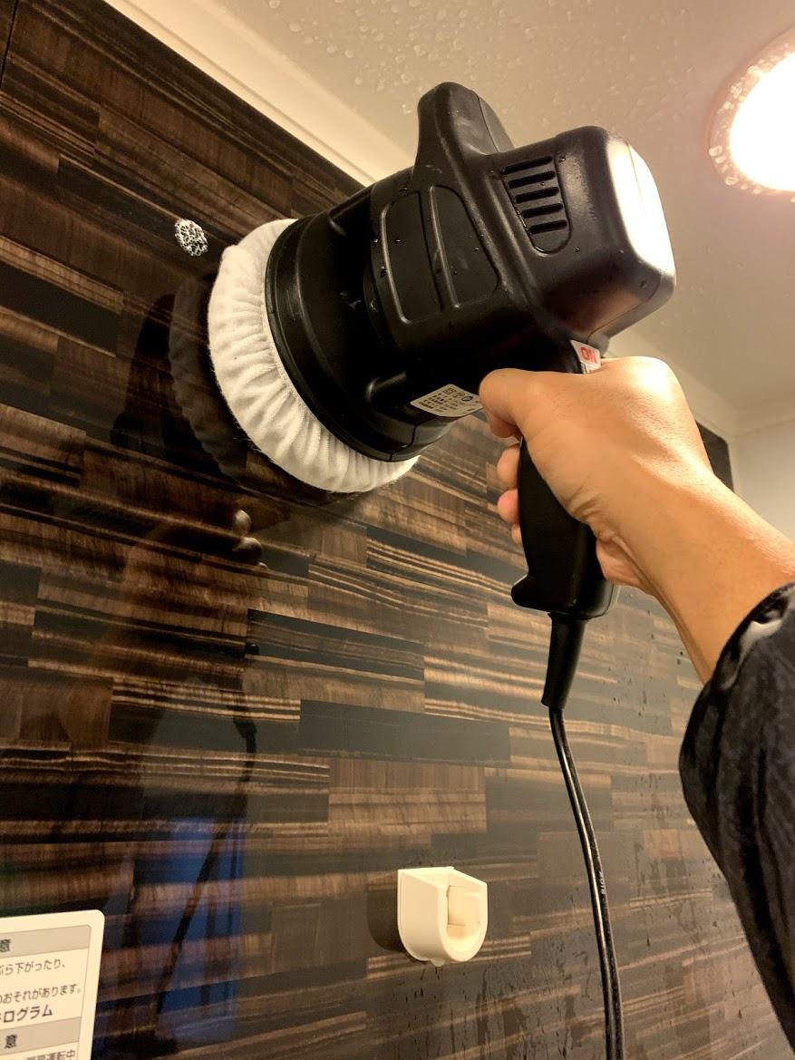 ポリッシャーでお風呂の壁を磨く