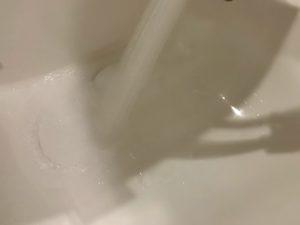 排水口を掃除後に水で洗い流す