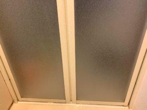 バスフリーで浴室の曇ガラスを掃除