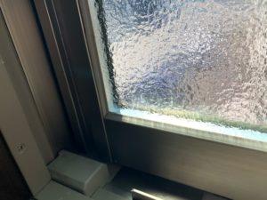 カビとりスプレーで窓枠のゴムパッキンを掃除