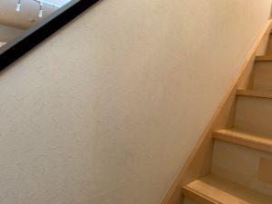 階段の壁をウタマロクリーナーで掃除