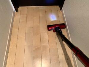 掃除機で廊下を掃除