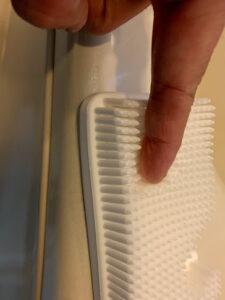 3COINSシリコンブラシで浴室を掃除