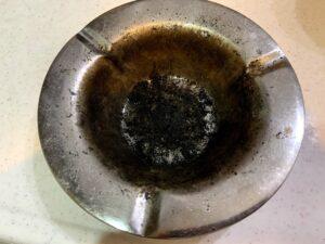灰皿の黒い汚れを重曹とボンスターで簡単にキレイに
