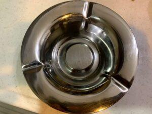 灰皿の汚れを重曹とボンスターで簡単にキレイにしてみた!