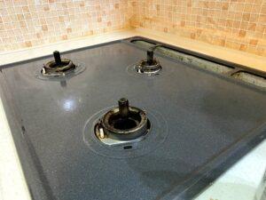 セスキ水とキッチンペーパーでガスレンジ周りを掃除