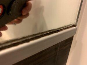 浴槽の鏡にこびりついた白い&黒い塊をサンポールで除去